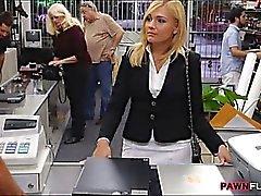 Madres para Coger rubio caliente de chupado y jodido en la sala de de almacenamiento de efectivo