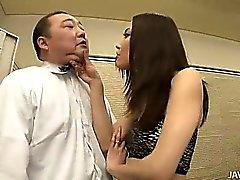 Nozomi se a Mashiro toma el asunto en la mano mientras patronal un anciano en todo