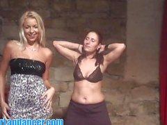 Салон красоты блондинки учит ее застенчивой друзья