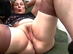 Granny in Stockings Rimuove Mutande per dito