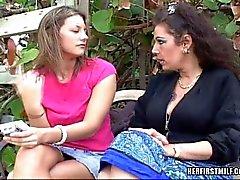 Älteres und junge lesbische Baby die Spaß mit Behaart StrapOn