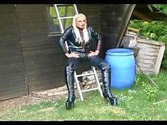 Sıcak bir kız outdoor işkence seksi domina