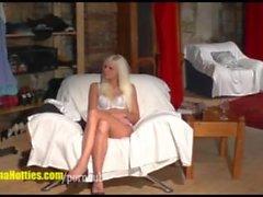 Sexy Blondie действительно полосы на первом литья согласно жизни