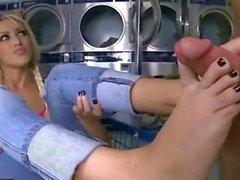 Breannes Benson liegt bösen Fuß Sex an der Waschstelle