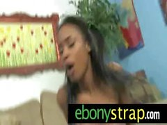 Strapon la chatte lesbiennes seins Interracial 2
