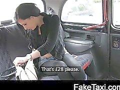 Jong meisje moet slikken taxi mans spunk