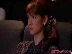 Estrella pornográfica adolescente de Asia Nina masturba la chico el cine