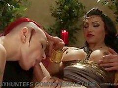Aburren emperatriz divierte a sí misma con su esclava