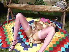 Бианка Нассименто занимается мастурбацией в розовых
