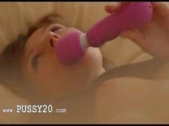 Colore rosa del giocattolo e una donna incredibilmente caldo