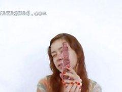 полировка девочка с помощью огромный стеклянный игрушку