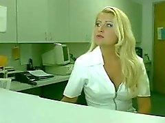 Sexigt sjuksköterska gör denna med transpersoner hungrig