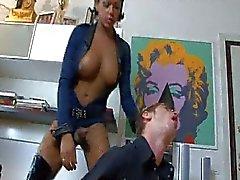 Oficial de travesti le hace pago