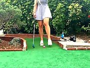 Público Exposed Hot blonde playing PUTT PUTT