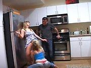 Nella cucina lo vediamo Addy e Tony di parlare con al
