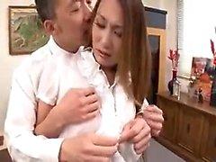 Pantyhosed japanische Babe hat einen geilen Kerl ihr amazin küssen