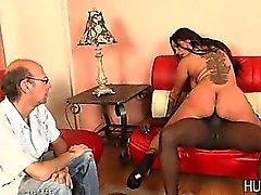 Mari Le cocu veille la femme baise black