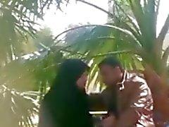 indian muslimeja tyttö tekee Runkkaus poikaystävälleen puiston