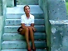 Reife Frau reibt ihre Pussy Outside