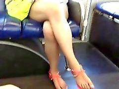 Los pies de Asia francos y sus piernas en el Bus
