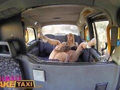Female di taxi falsi Cornea minx di ha rapporti sessuali di taxi bollente con un bisessuale bimbo Dutch