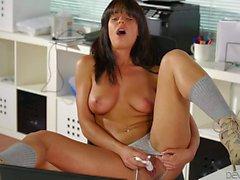 Big Titty Brünette in High Heels Rahyndee James masturbieren