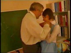 учителем злоупотребляли немецком школьницы