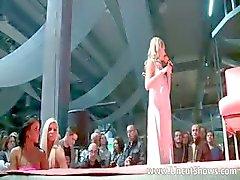 Ongelooflijke blonde babe probeert een nieuwe dildo