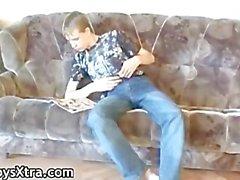 Jungen beim Wichsen auf pornos Magazin INHABER Teil2