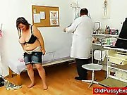 Kaareva Äiti ruskeahiuksin saa seurata gynekomastiaa