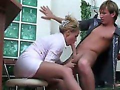 Smutsig tjej får hennes fötter som tillbes