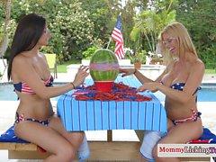 Bedövning bikini MILF muffdived av lezzy teen