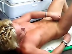 Geradeaus blondes großes Stück Pfandleihe Abisolieren