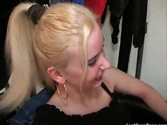Erstaunlich blondes Baby mit vollkommener Karosserie und die schönen Esel es