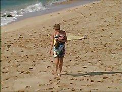 Carli Banks werde der nackt auf Surfstrand