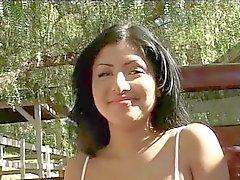 J15 Brunette Babe Sativa erhält eine Sahnetorte