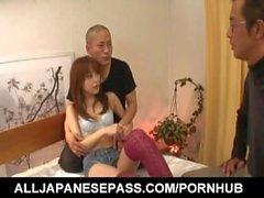 Miina Yoshihara en calcetines largos lame pollas y se atornilla en el coño