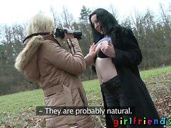 Amigas Euro chicas lesbianas lamiendo digitación chupando
