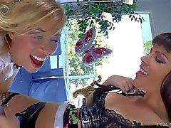 De Dana Dearmond et de Zoey Monroe jouent avec gode ceinture