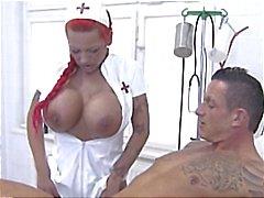 Peituda enfermeira alemã ruiva dá a cabeça do paciente e se masturba