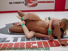 Ebony Wrestler dominiert blonde Rookie