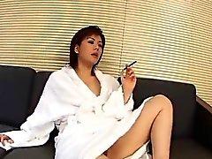 Yukino curvas em doggy para uma boa foda no sofá