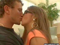 Questo sexy ragazza bruna sia occhiali viene scopata