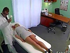 Blond avec des jambes chaude baiser par son médecin traitant