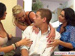 Las esposas Jessica Jaymes , Phoenix Marie y Romi de lluvia follan en el