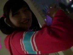 Прекрасный японский подросток дает горячий минет в POV