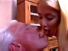 Enfermeira da adolescente da dá Old Man uma boa check-up