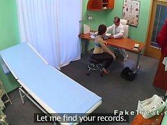 Reizvolles Patientin schlugen auf einem Schreibtisch in Fälschung Krankenhauses