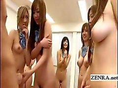 Japanin nudisti opiskelijoiden ryhmä venyttämällä handjob