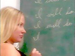 Geile Lehrerin wichst eine sexy Cheerleader